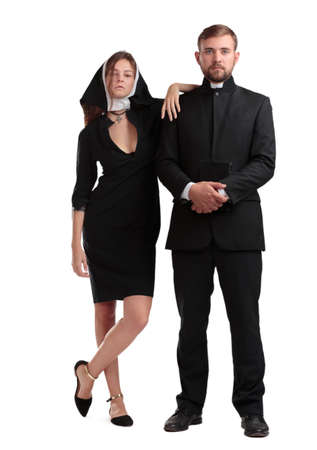 Sacerdote y monja católicos isolaed en un fondo blanco. Foto de archivo - 87438713