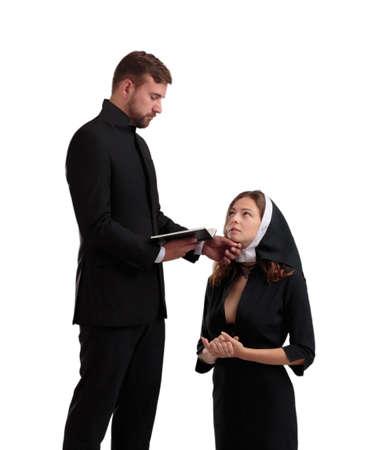 Priester en non in zwarte pakken geïsoleerd op een witte achtergrond.