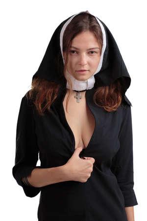 흰색 배경에 고립 된 검은 정장에서 섹시 한 수녀.