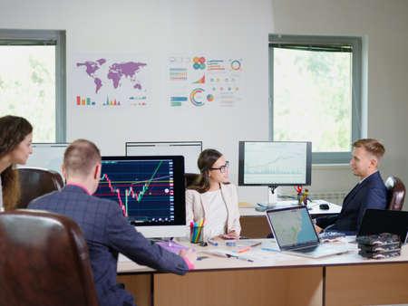 Kantoormedewerkers werken op kantoor voor hun werk. Cryptocurrency