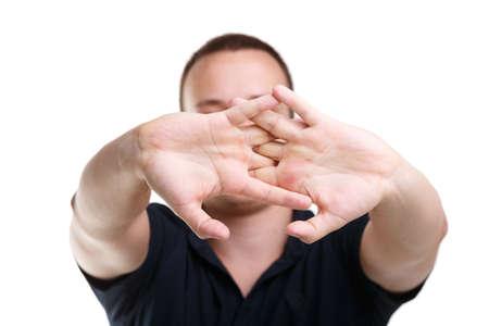 Un homme dans un t-shirt noir mord les doigts sur un fond blanc Banque d'images - 87742891