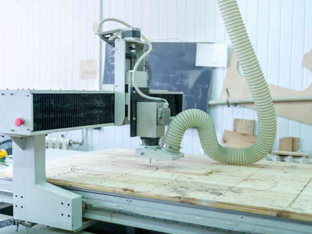 cut off saw: The machine for sawing lime wood makes patterns on the tree with a special nozzle