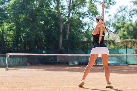 Joueuse de tennis en action. Vue de derrière. Banque d'images - 88053078