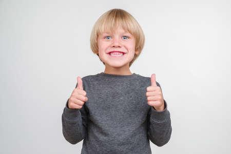 Feliz niño guapo posando en el estudio. Foto de archivo - 88463933