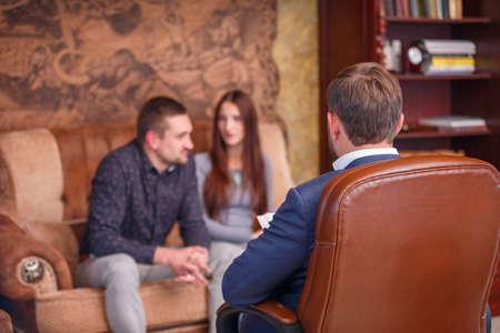 心理学者のフロントでカップル