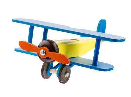 Houten gekleurd vliegtuig van kinderen dat op witte achtergrond wordt geïsoleerd.
