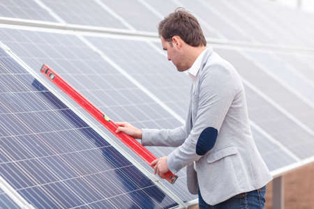 The chief attaches the horizontal marker of the solar batteries