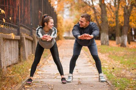 Jovem, par, atletas, trem, outono, parque