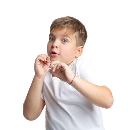 Porträt eines Jungen, der ein weißes T-Shirt, Gefühl eines Schreckens, lokalisiert auf einem weißen Hintergrund trägt