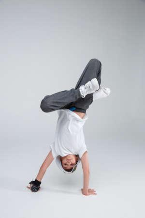 活発な少年が踊り、両手を膝に曲げて踊る。