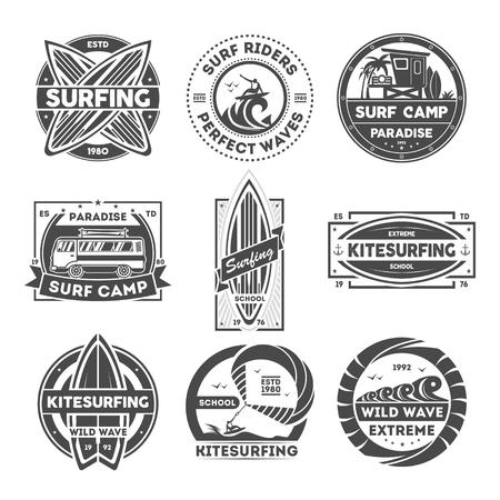 Étiquette vintage isolé de camp de surf mis en illustration vectorielle. Symbole de l'école de kitesurf Icône de vague sauvage. Logo des surfeurs. Loisirs aquatiques extrêmes et amusants. Planche de surf, cerf-volant, van, signe de surfeur.