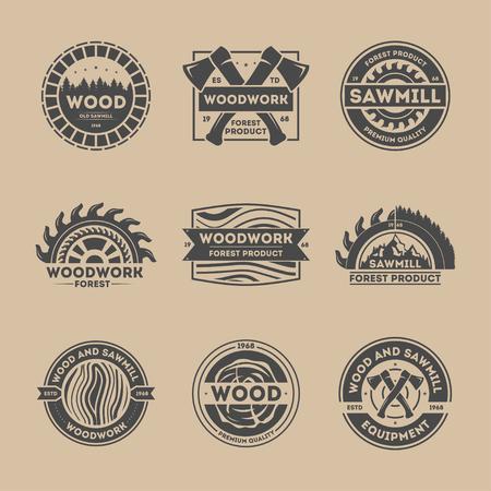 Produkt Las rocznik izolowane zestaw etykiet ilustracji wektorowych. Stolarka symbolem. Ikona Najwyższa jakość. Drewno i materiały tartaku logo. Drewno, siekiera, piła, drzewo znak. Przemysł drzewny, pojęcie usługi tartaku