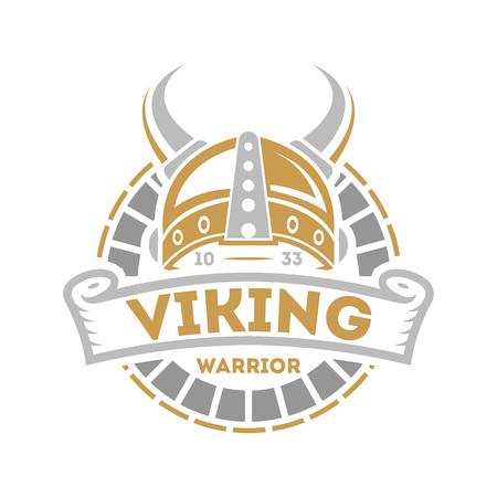 Viking etiqueta aislada con casco de cuernos. Escandinavo insignia de guerrero de vikingo, emblema bárbaro medieval, ilustración vectorial de cultura nórdica. Ilustración de vector