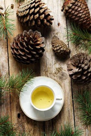 textura: Il tè verde in tazza di porcellana su legno rustico
