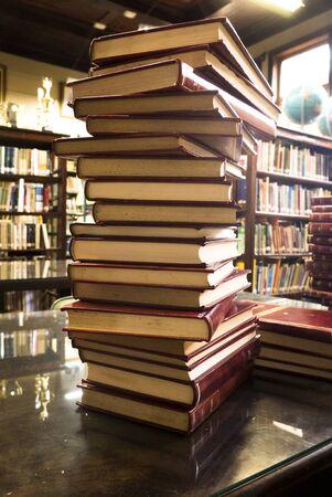 Pilha de livros sobre a mesa da biblioteca do colégio Alvaro Guião em São Carlos SP Stok Fotoğraf
