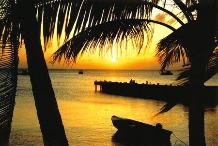 Coucher du soleil des Cara�bes avec des bateaux Banque d'images