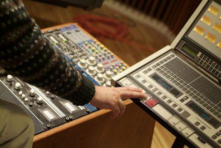 jack pot: El hombre en el trabajo en una consola mezcladora de audio  Foto de archivo