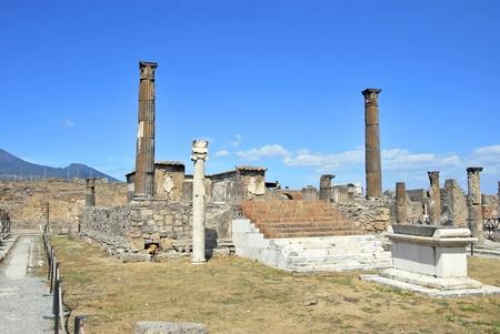 reloj de sol: Templo de Apolo en Pompeya con un altar y un reloj de sol. Italia.