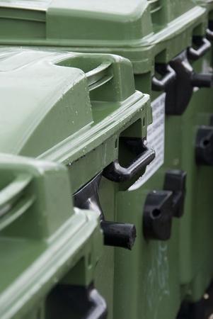 separacion de basura: Algunos contenedores de basura verdes y h�medos en la calle.