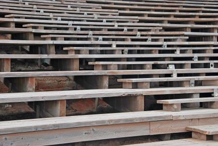 gradas estadio: Las filas de asientos de madera para un espectáculo al aire libre