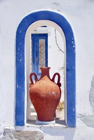 greek pot: Particolare della tipica architettura dipinta di bianco e blu. Santorini. Grecia