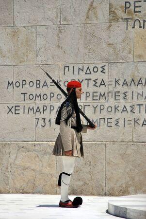 syntagma: Soldato greco nella cerimonia del cambio della guardia nei pressi di Piazza Syntagma