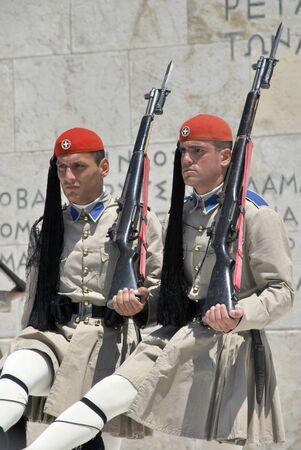 syntagma: Soldati greci nella cerimonia del cambio della guardia nei pressi di Piazza Syntagma Editoriali