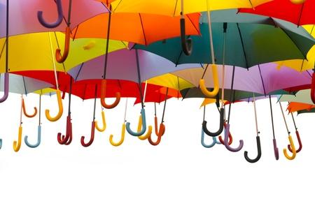 lluvia paraguas: Una gran cantidad de paraguas en diversos colores aislados sobre un fondo blanco