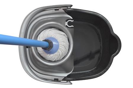 dweilen: Plastic emmer met een blauwe mop geïsoleerd over een witte achtergrond