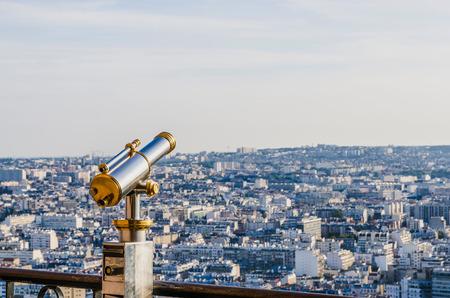 fernrohr: Tourist Teleskop der Eiffelturm für die Ansicht der Stadt Paris