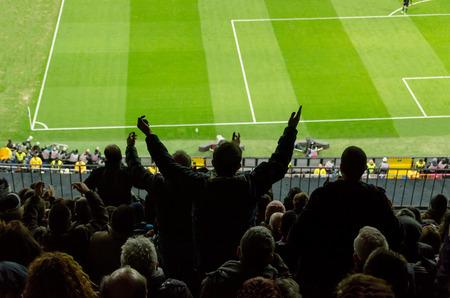 Los aficionados al fútbol protestan contra una mala decisión del árbitro Foto de archivo