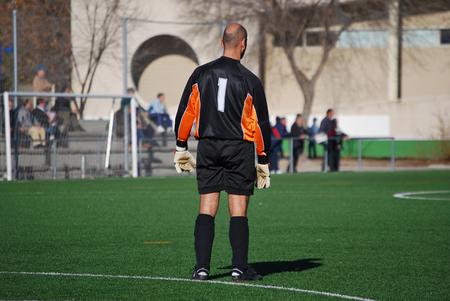 arquero futbol: Portero de fútbol de pie en el estadio. Número uno Foto de archivo