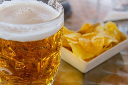 jarra de cerveza: Jarra de cerveza fría con patatas fritas