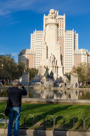 don quijote: MADRID, ESPA�A - 01 de abril: Un turista toma fotos a Don Quijote y Sancho Estatua 1 de abril de 2015, en Madrid, Espa�a. Don Quijote y Sancho Panza estatua se coloca en la Plaza de Espa? A, Madrid