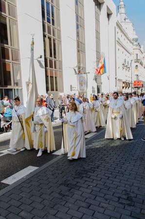 fraternidad: VALLADOLID - 29 de marzo: Los miembros de una hermandad están marchando en procesión el 29 de marzo de 2015, de Valladolid, España. Valladolid tiene algunas os las procesiones más famosas de la semana sagrada español