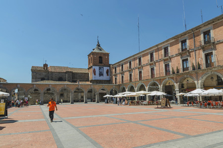 mercado central: AVILA, SPAIN - JUNE 27: Mercado Chico square in the city of Avila, on June 27, 2015. Avila Town Hall and Saint john baptist church are placed in Plaza del mercado chico Editorial