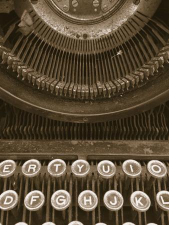 maquina de escribir: Vintage máquina de escribir cubierta wityh polvo y la suciedad