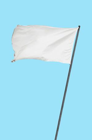 bandera blanca: Bandera blanca sobre un fondo azul claro Foto de archivo