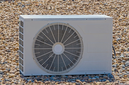 compresor: compresor de aire acondicionado. Compresor de aire acondicionado en el techo de un edificio