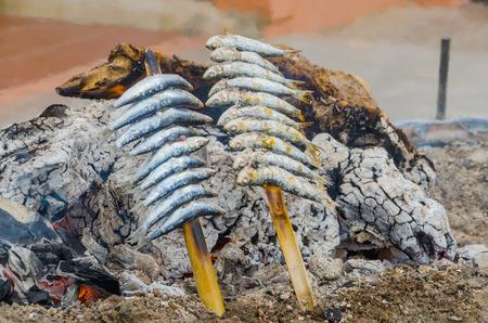 sardinas: Sardinas ensartadas cocinan en la playa. Espetos Foto de archivo