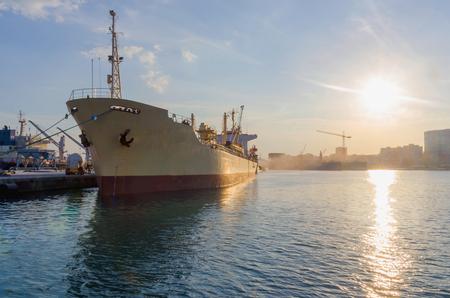 cemento: Buque de carga amarrado en el puerto. el transporte marítimo y el concepto de la industria logística Foto de archivo