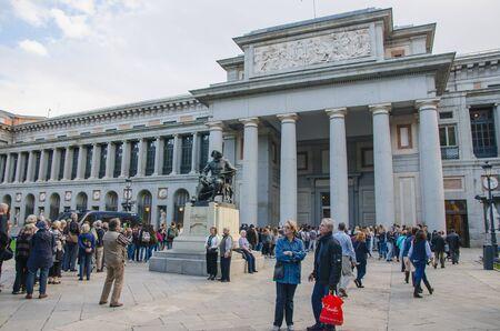 personas en la calle: MADRID - 12 de octubre: Un carril de turistas que están esperando para entrar en el Museo del Prado. Madrid, España