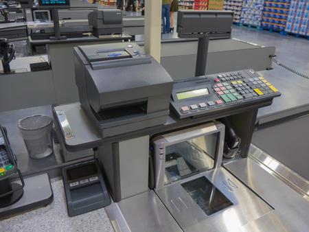 cash: Una línea de la caja registradora en el supermercado