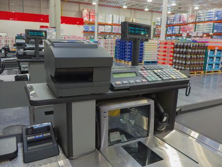 supermercado: Caja de dinero con el texto en la pantalla. Primer plano de un cajero automático. caja registradora en el centro comercial