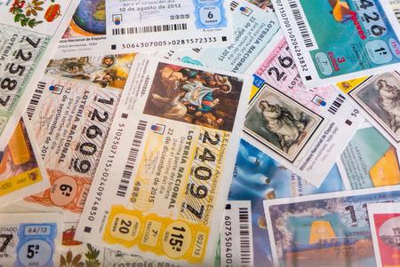 MADRID, ESPAÑA - MARZO 29 de, 2016: españoles recibos de lotería nacional. lotería nacional española distribuye muchos premios en efectivo especialmente en Navidad. El primer premio se llama Gordo Editorial