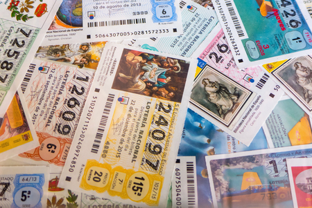 loteria: MADRID, ESPAÑA - MARZO 29 de, 2016: españoles recibos de lotería nacional. lotería nacional española distribuye muchos premios en efectivo especialmente en Navidad. El primer premio se llama Gordo