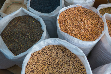 leguminosas: Ver en diferentes leguminosas primas surtidos en bolsas blancas desde arriba. garbanzos, judías, lentejas Foto de archivo