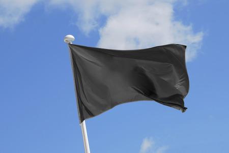 drapeau pirate: drapeau noir flottant sur le ciel. objet promotionnel et la publicité. anarchisme drapeau
