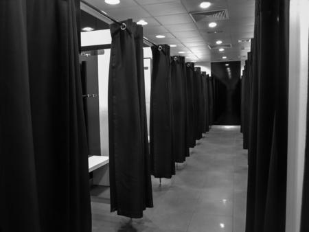 패션 상점에서 빈 탈의실. 쇼핑 및 소비 개념