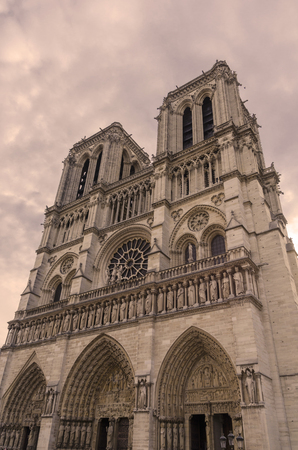 Detail on the facade of Notre Dame gothic cathedral in the european city of Paris Imagens